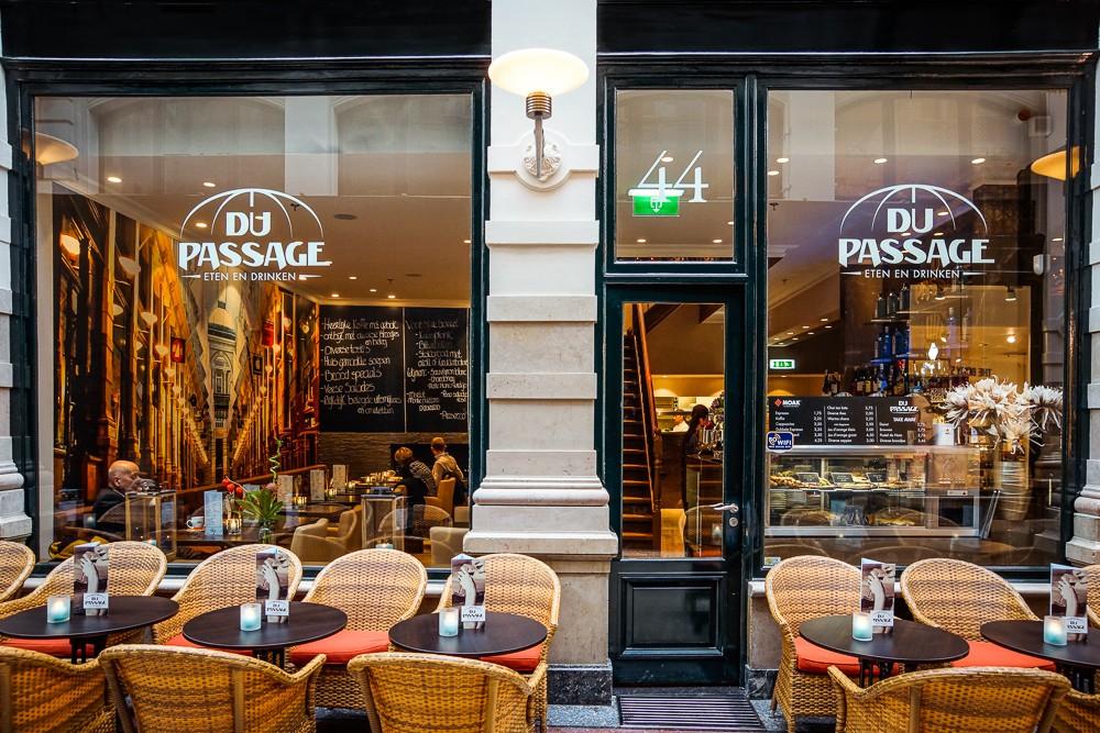 De gevel en terras van Du Passage eten drinken in de passage van Den Haag