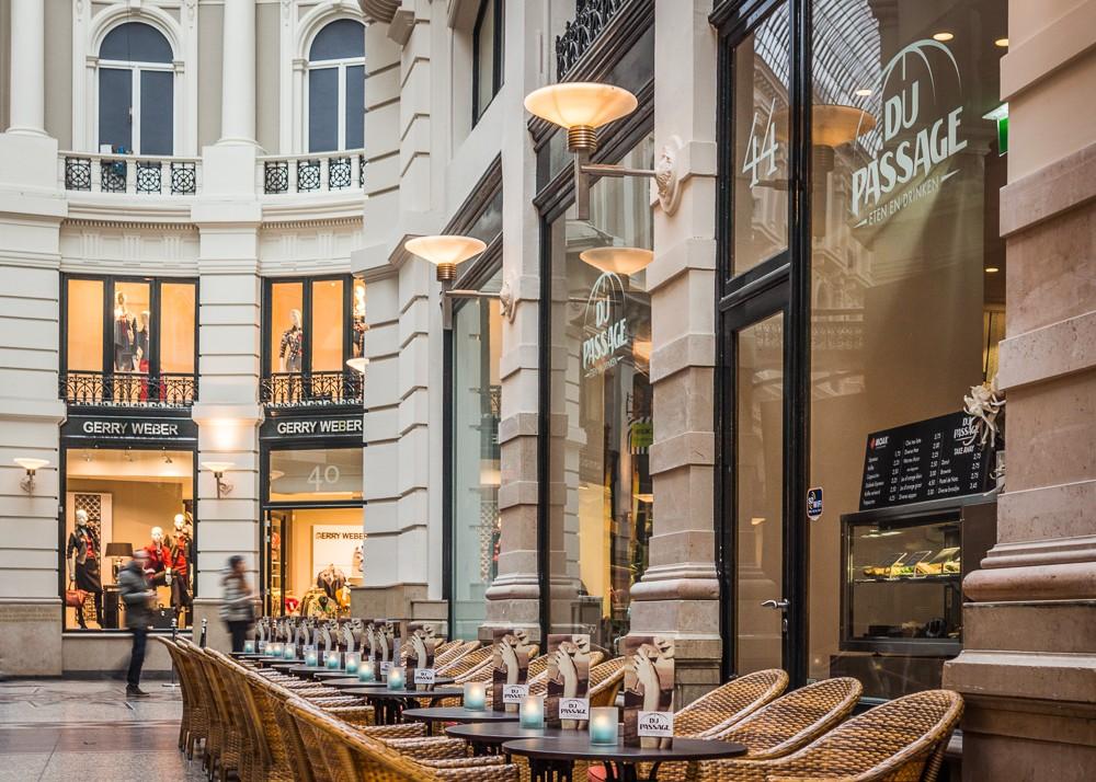 Terras van Du Passage eten drinken in de passage van Den Haag