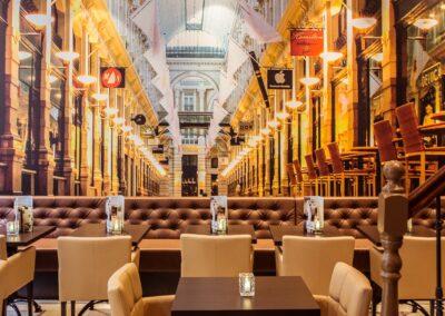 Interieur van Du Passage eten drinken in Den Haag met uitzicht op de passage