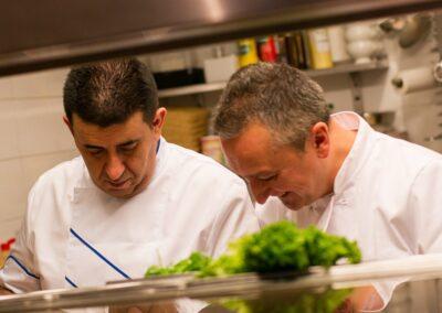Twee koks van Du Passage eten drinken in Den Haag