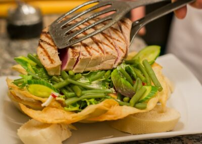 Gegrilde tonijnsteak bij Du Passage eten drinken in Den Haag