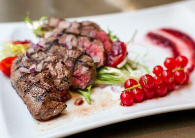 Gegrilde steak bij Du Passage eten drinken in Den Haag