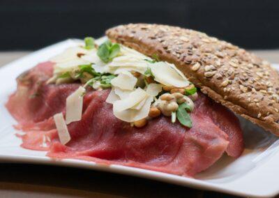 Broodje carpaccio bij Du Passage eten drinken in Den Haag