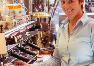 Serveerster bij de espressomachine van Du Passage eten drinken in Den Haag