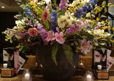 Stamtafel met bloemen bij Du Passage eten drinken in Den Haag