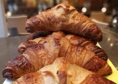 Verse croissants bij Du Passage eten drinken in Den Haag